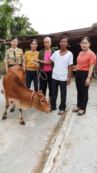 """Hội LHPN huyện Hương Khê trao tặng bê giống cho hội viên, phụ nữ nghèo trong chương trình """"Đồng hành cùng phụ nữ biên cương""""."""