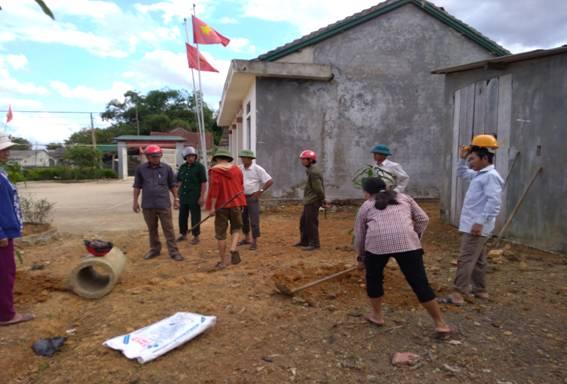 Hội viên nông dân xã Hòa Hải ra quân trồng cây tại hội quán