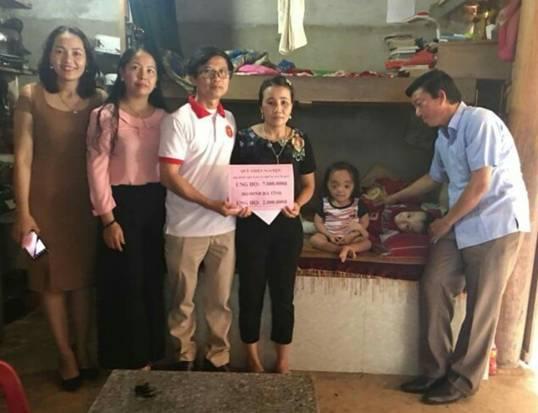 Họ Đinh Việt Nam - Những Người bạn và Họ Đinh Hà Tĩnh thăm hỏi ủng hộ hai anh em ruột mắc bệnh xương thủy tinh, ở xóm 07, xã Hương Lâm, Hương Khê, Hà Tĩnh