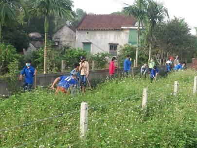 Đoàn thanh niên tham gia chỉnh trang vườn hộ xây dựng Nông thôn mới